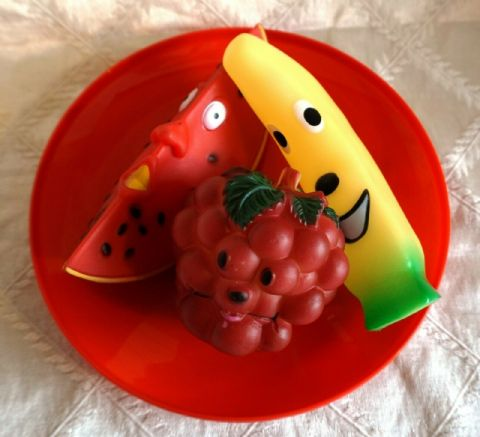 DOGGY FRUIT BOWL - SQUEAKY FRUIT THEMED TOYS SERVED ON A RED FRISBEE PLATE